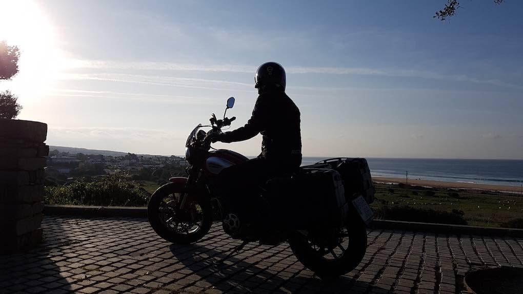 Admirando las vistas de la playa de Bolonia desde el Centro de interpretación de Baelo Claudia.