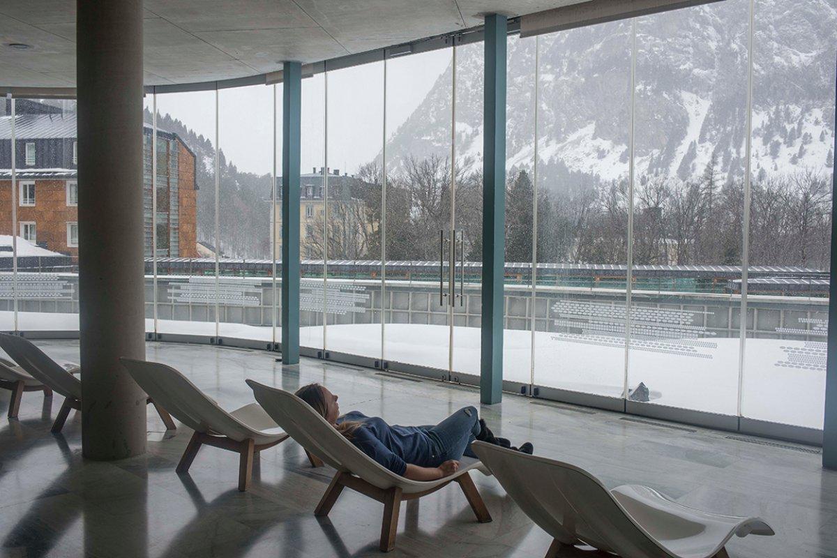 Date un minuto de relax tú solo contemplando las montañas nevadas.