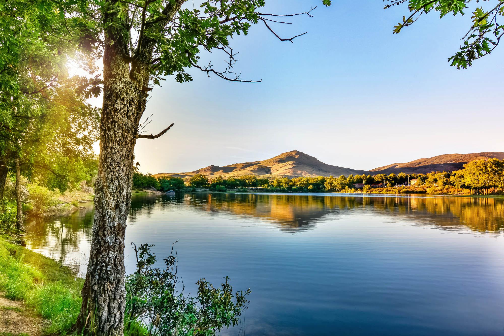 La Senda de las Pesquerías Reales está enmarcada por un impresionante escenario natural. Foto: Shutterstock.