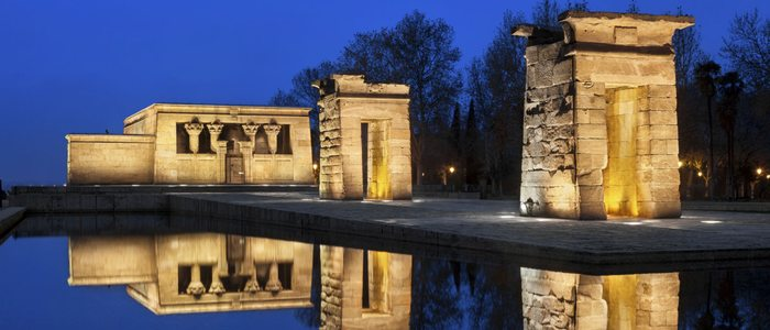 Templo de Debod iluminado durante la noche, Madrid.