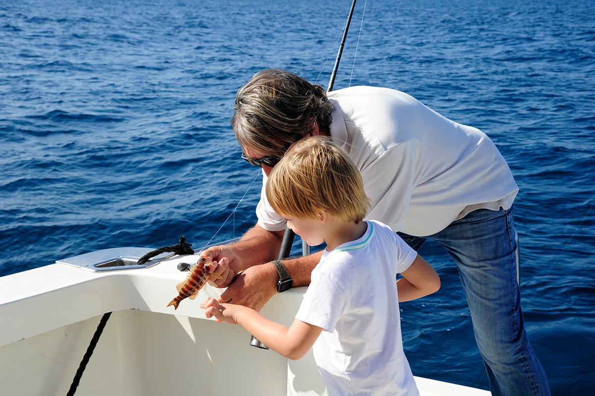 A los niños les explican todo el proceso de pesca y el tipo de pez que han pescado.