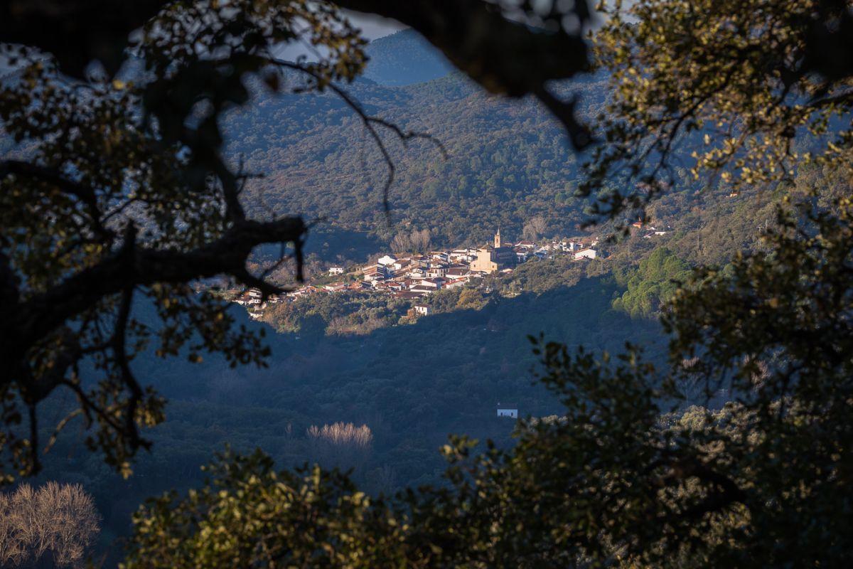 Vista del pueblo Linares de la Sierra enclavado en el corazón del Parque Natural de la Sierra de Aracena, en Huelva.