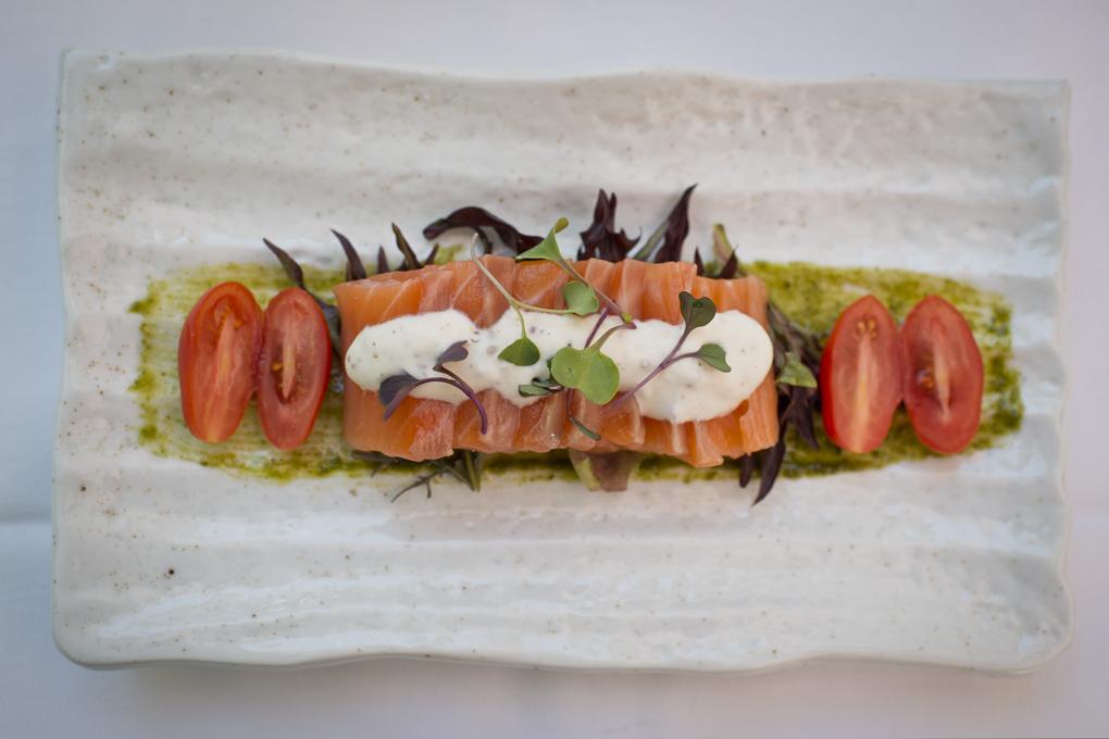 Salmón marinado con salsa jade y raifort.