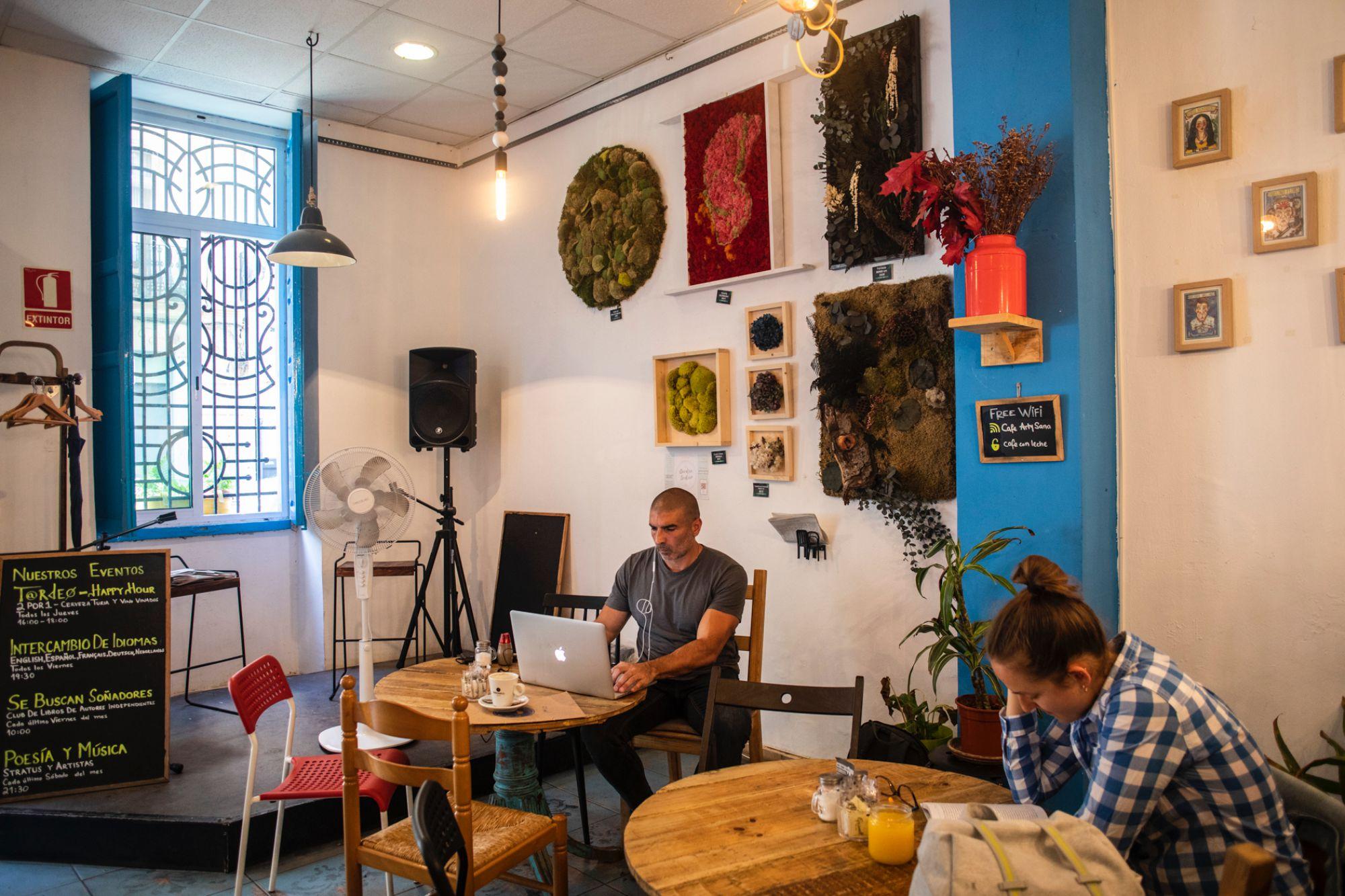 Aquí exponen los artistas del barrio, se puede reservar para talleres y hay programación de teatro, cine en V.O., poesía...
