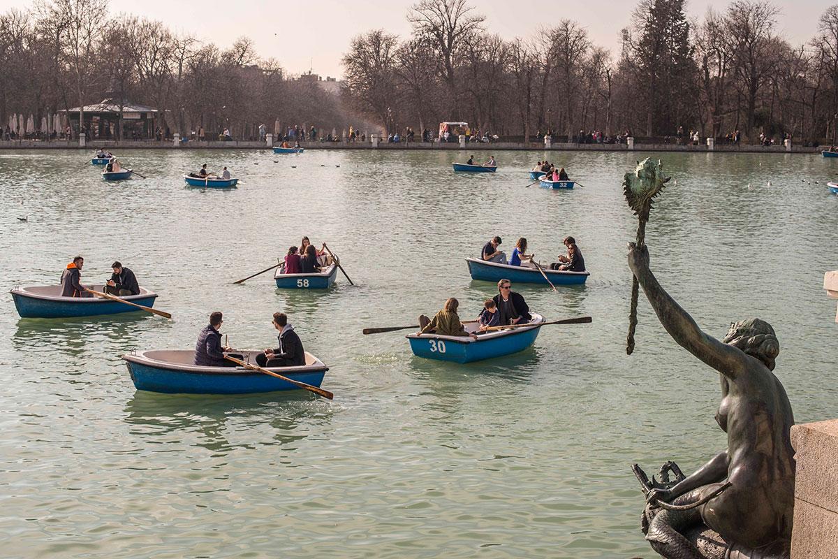 Las barcas, un lugar diferente para contemplar el mundo fantástico del paseo del Estanque Grande.