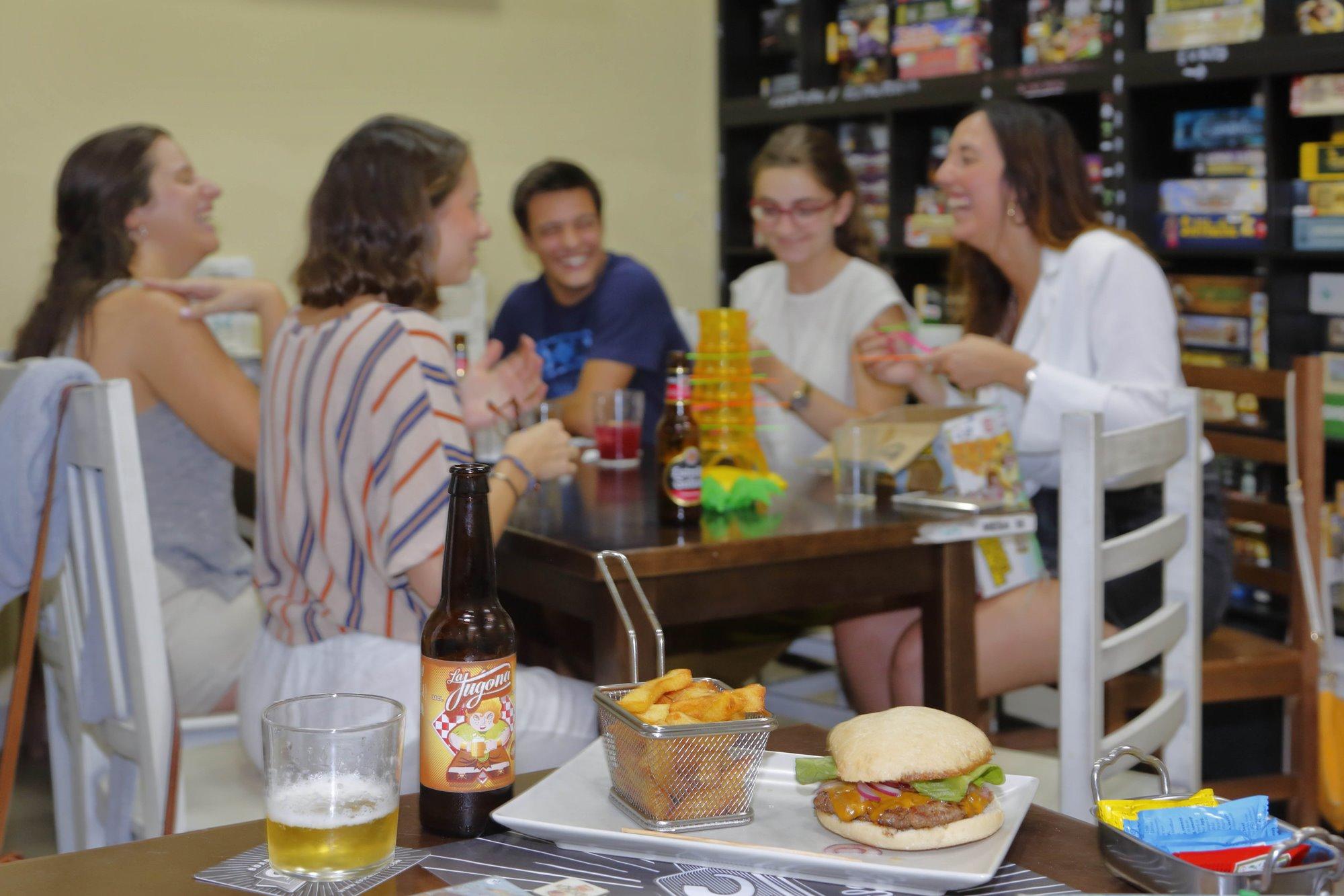 El plato estrella son las hamburguesas; podemos elegir entre 11 variedades distintas.
