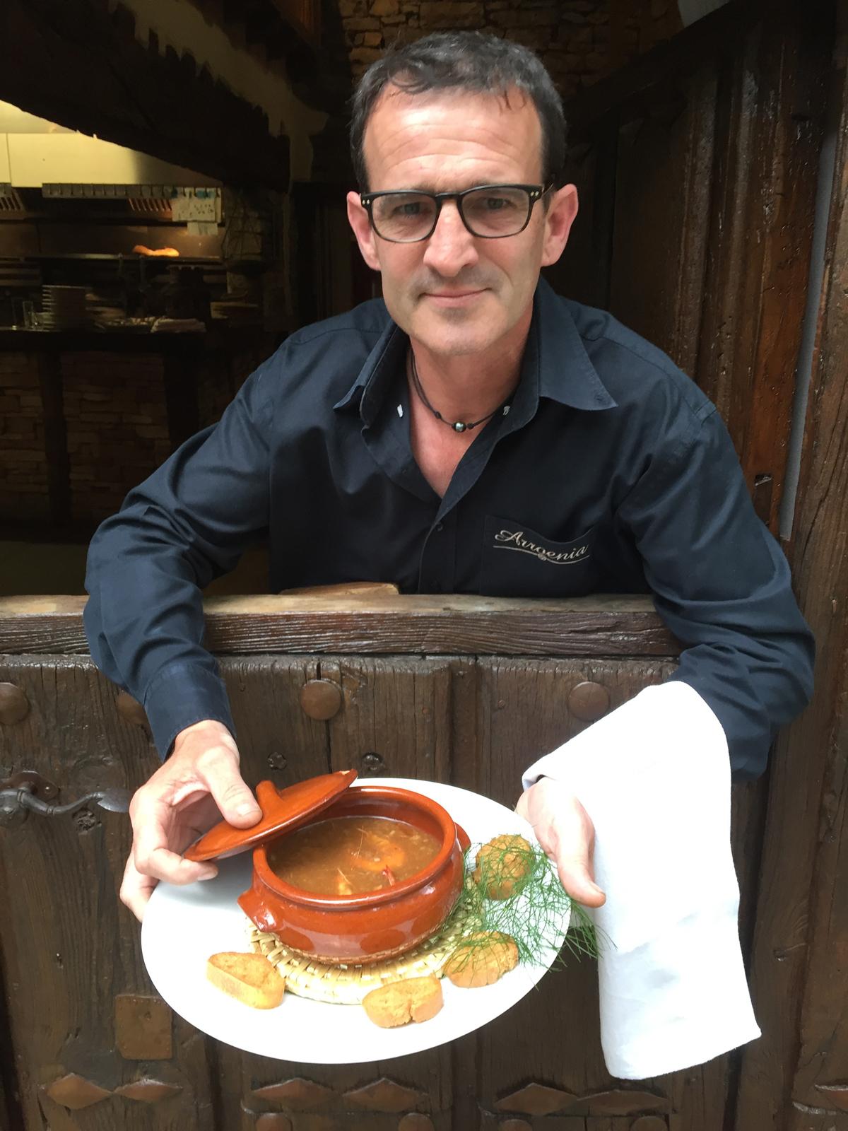 Jakes Zamora, orgulloso de su sopa. Foto: Hasier Etxeberria.