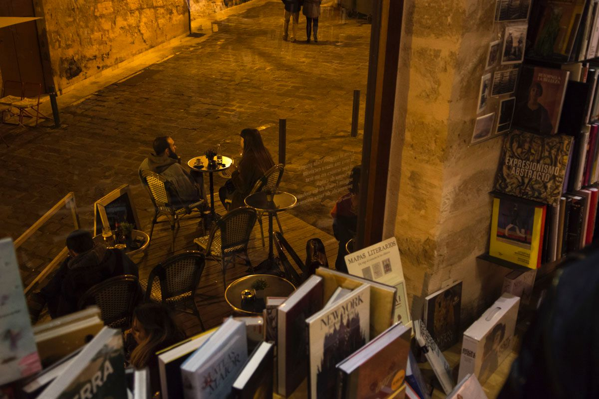 La terraza de la librería invita a detenerse y reposar un rato.