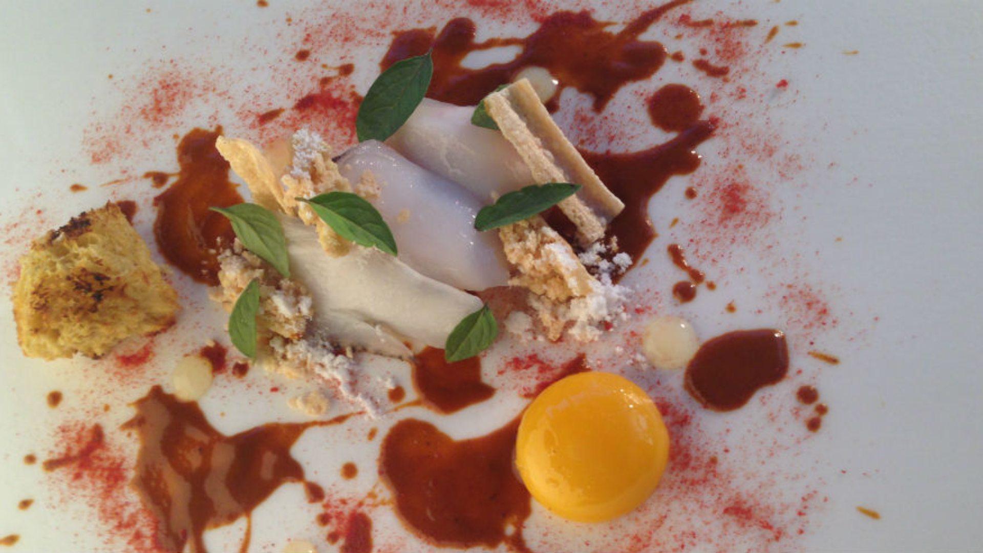 Plato estrella: Merluza en semi salazón con curry rojo de albahaca y pimentón de la Vera