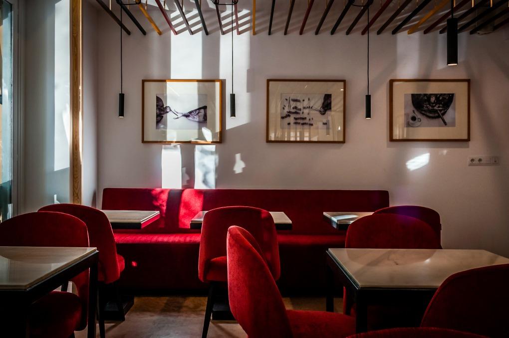 En la planta de arriba hay barra y mesas para comer raciones en un ambiente informal. Foto: Beto Troconis.