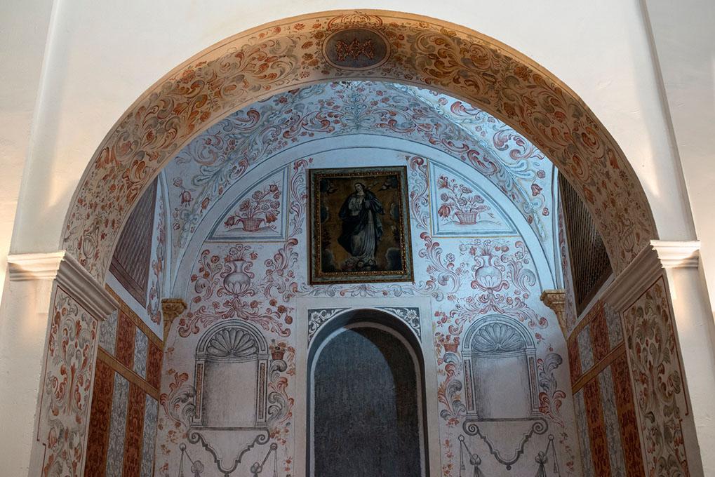 En este rincón de la iglesia se encontraron numerosas ofrendas, como pan de oro.