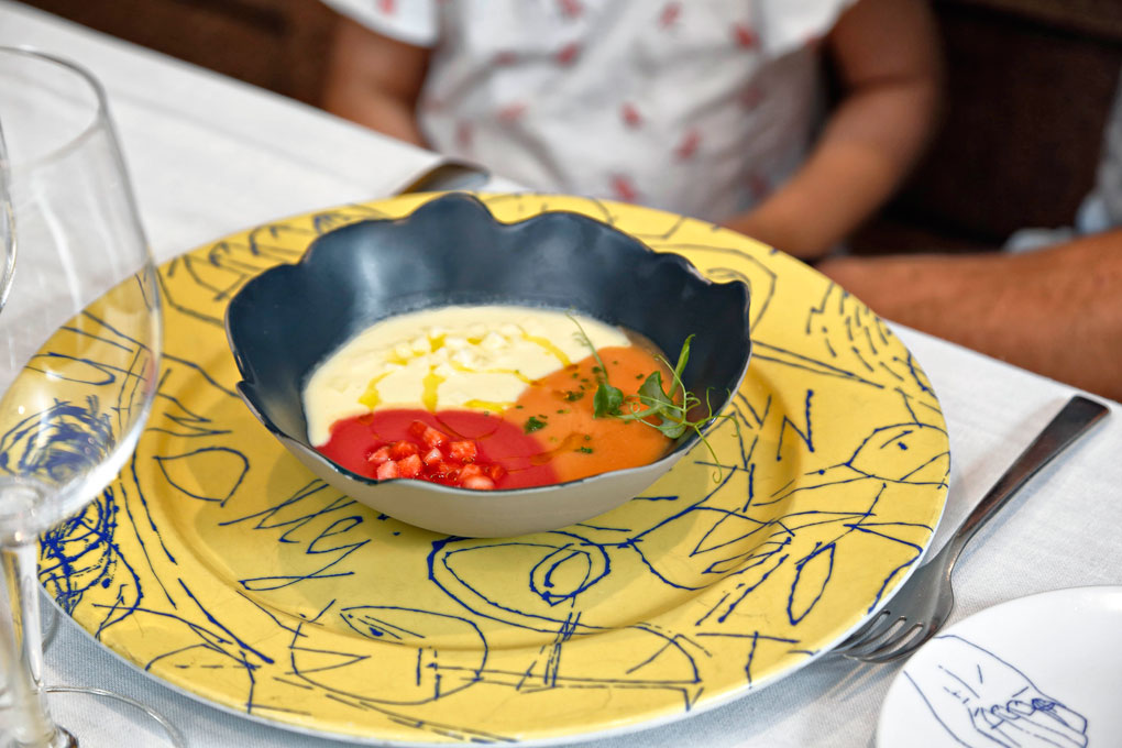 Tres cremas unidas y separadas por sí mismas: ajo blanco, gazpacho y remolacha con fresón.