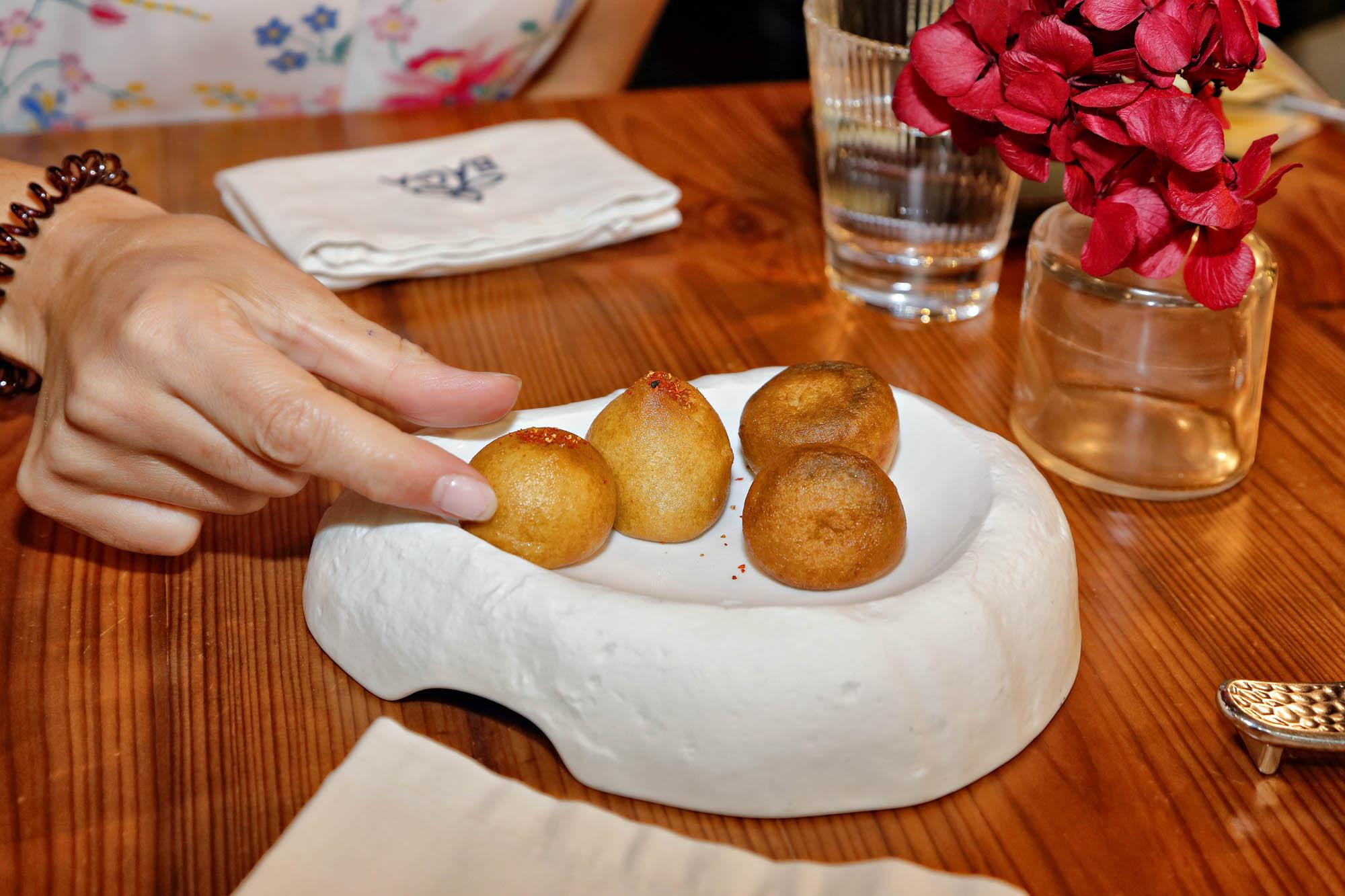 Los buñuelos de carrueco y de morcilla en caldera abren el menú degustación.
