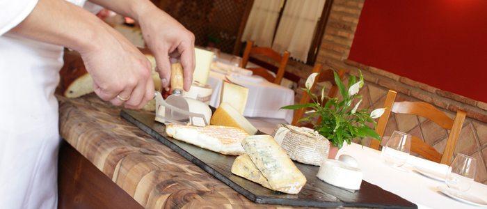 La tabla de quesos debe organizarse siguiendo el sentido de las agujas del reloj, desde los más suaves y blandos hasta los azules.