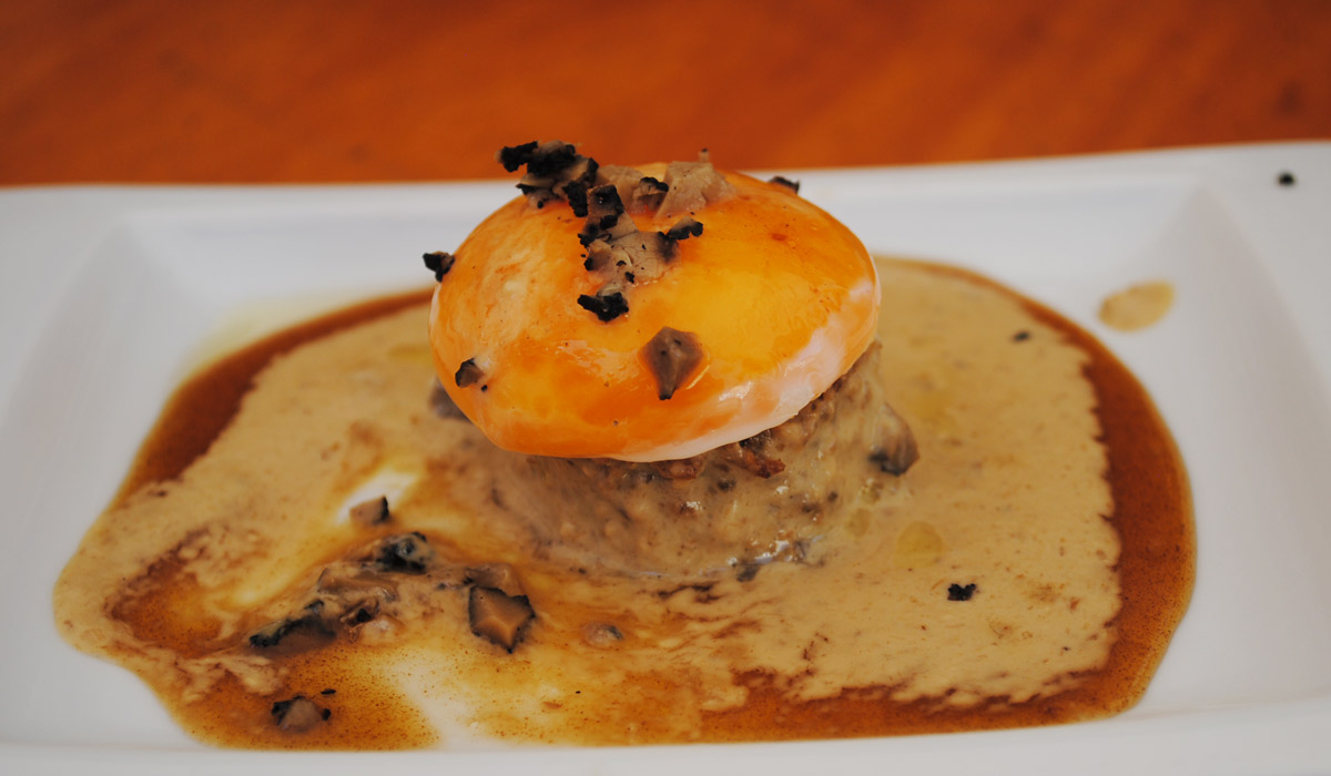 Huevo sobre bizcocho de boletus de La Eslava. Foto: Mamadú Dabó.