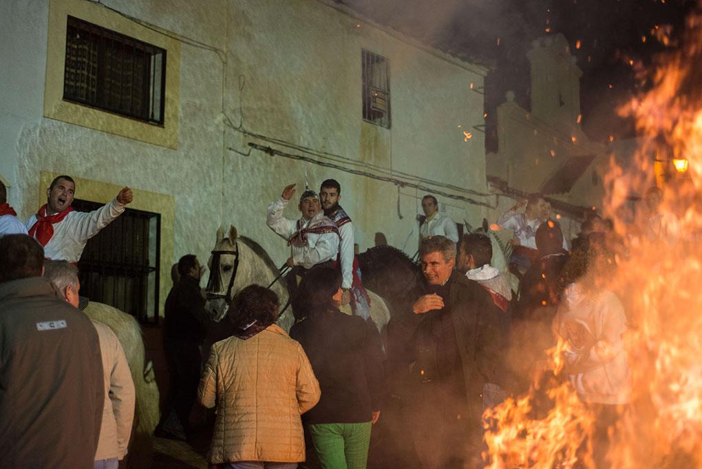 Personas sobre caballos celebran la fiesta delante de todo el pueblo. Foto: Manuel Ruiz Toribio.