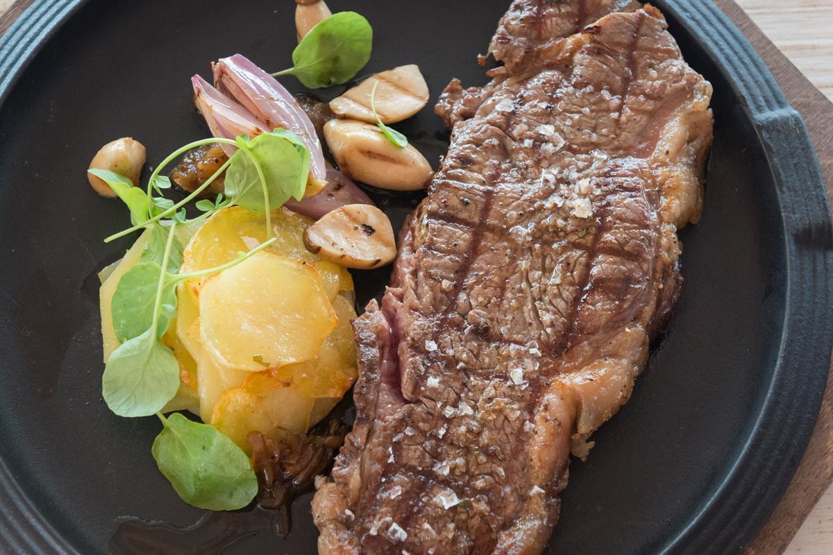 La brasa, junto a la barra 0º y los arroces, conforman la filosofía mediterránea del restaurante.