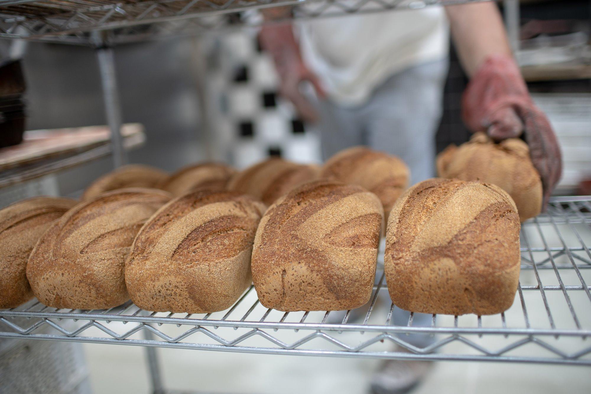En 'Artesa' elaboran infinidad de panes diferentes.