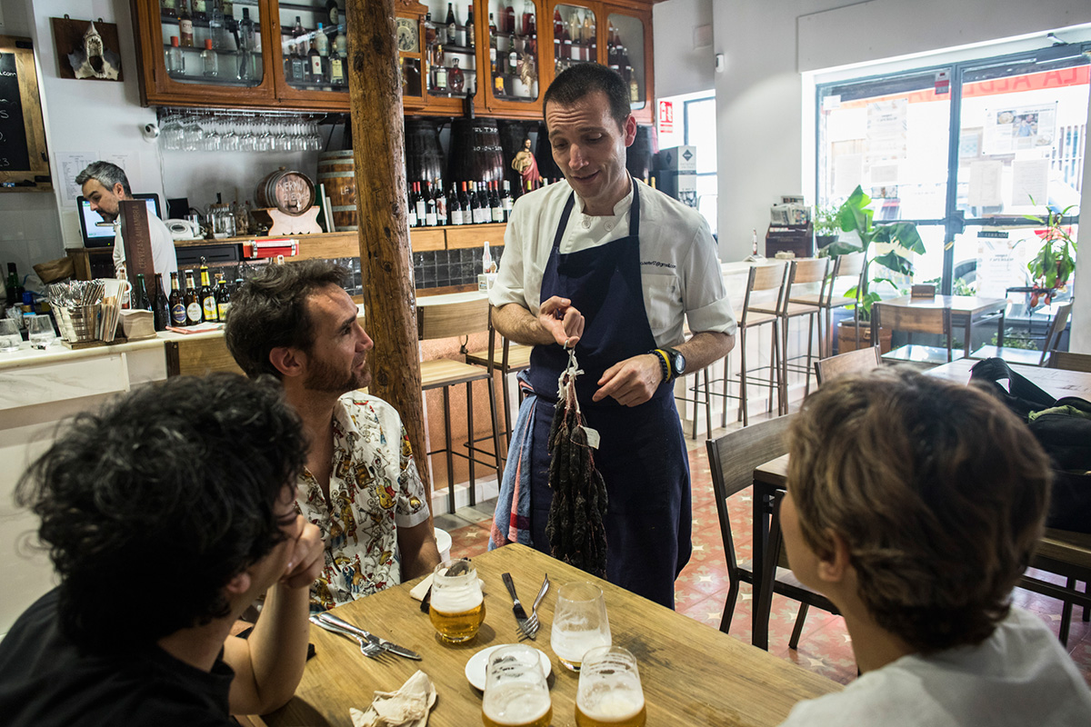 Alfonso García explica los secretos de su bodega.