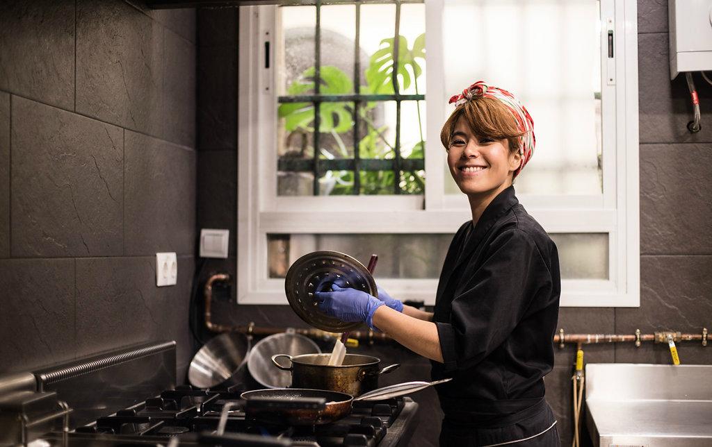 Tamara haciendo pruebas en su cocina. / Foto: Okashi Sanda.