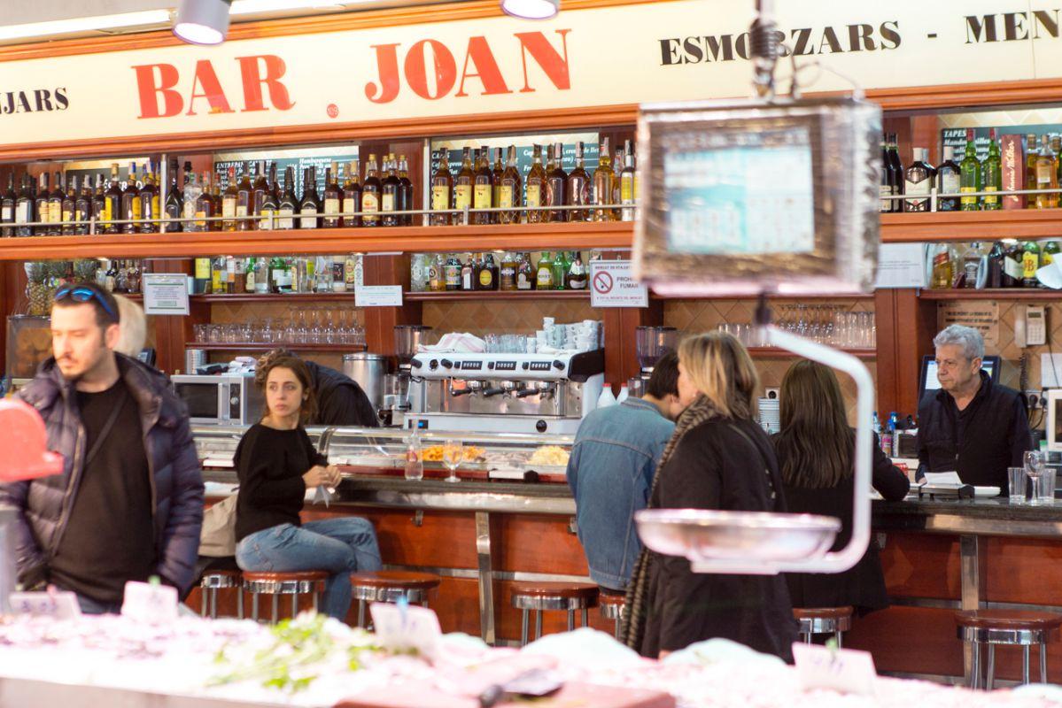 La barra del Bar Joan comparte pasillo con varias paradas de mar.