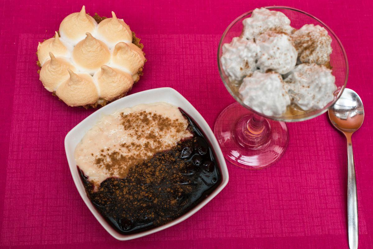 Los postres suspiro a la limeña, pie de limón y mazmorra morada con arroz con leche del restaurante peruano Ancón, en Valencia.