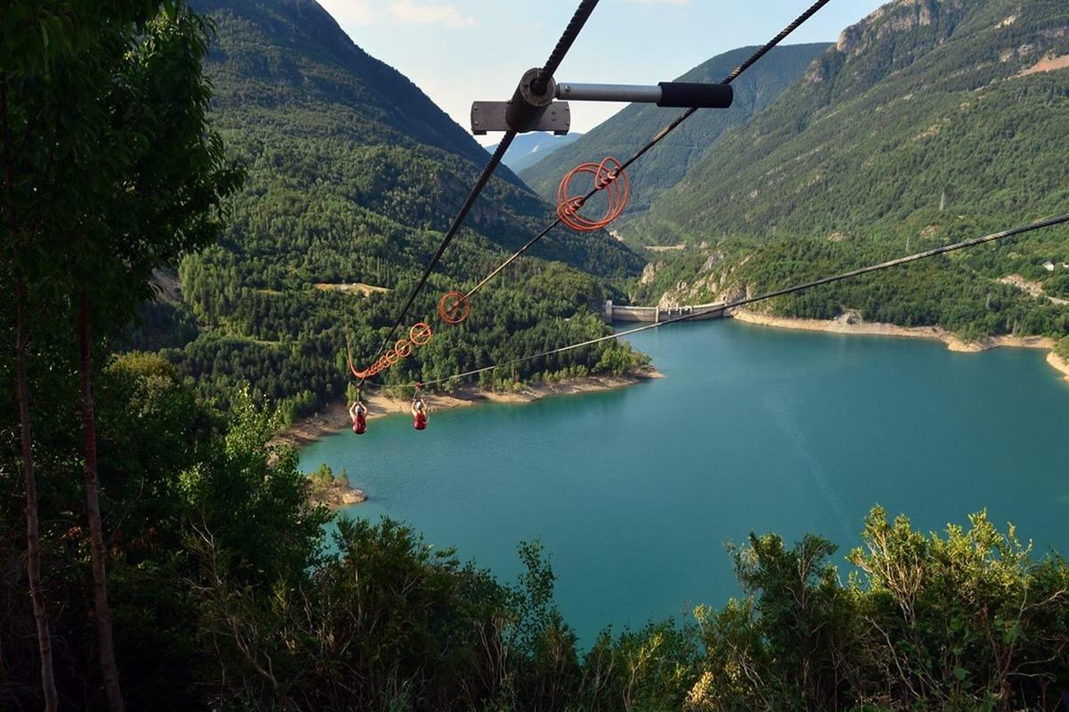 La Tirolina Valle de Tena es un balcón sobre las aguas del pantano de Búbal. Foto: Facebook
