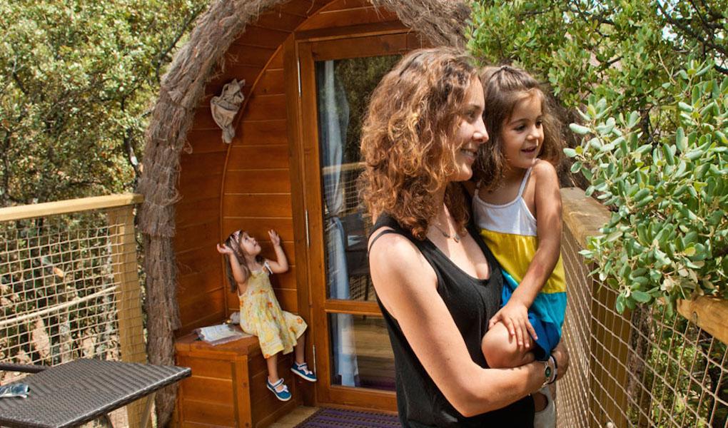 La seguridad de las terrazas de las cabañas está reforzada con redes. Foto: camping.monteholiday.com