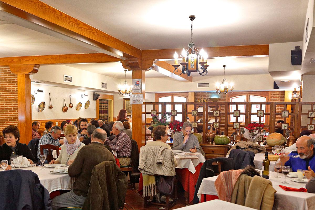La sala del restaurante 'El Tolmo', donde probar la gastronomía local.