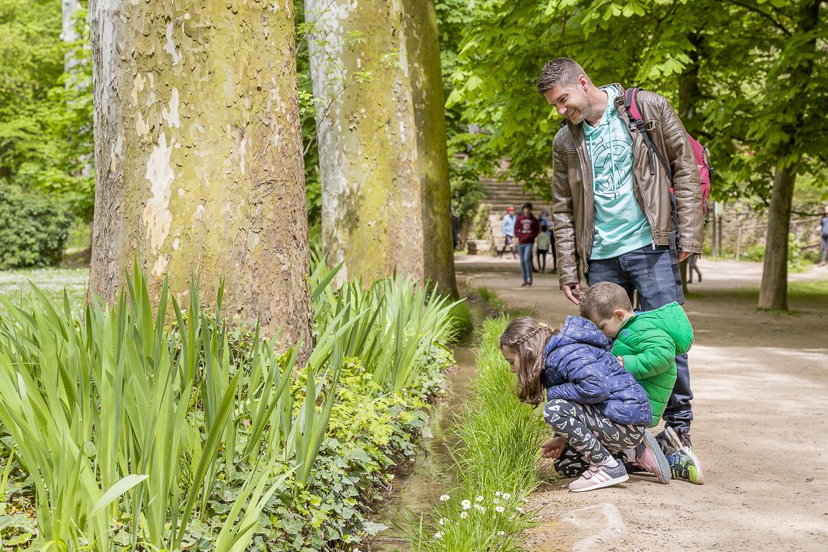 Sea un arroyo o una cascada, los niños se quedan ensimismados con el agua.