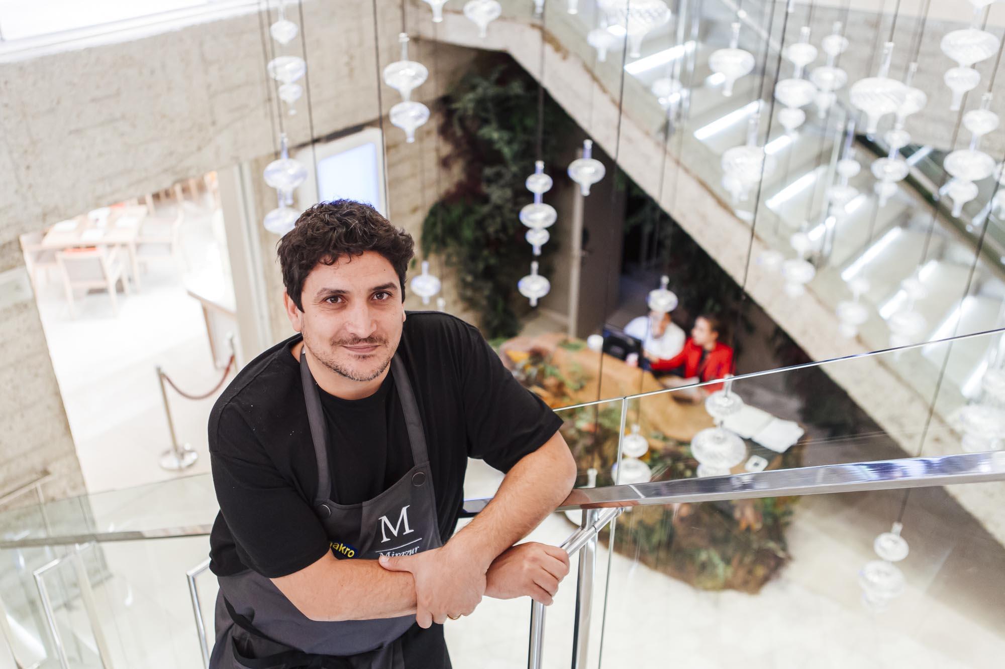 Mauro posa junto a la entrada del restaurante, en el subsuelo del 'Hotel NH Collection Eurobuilding' de Madrid.