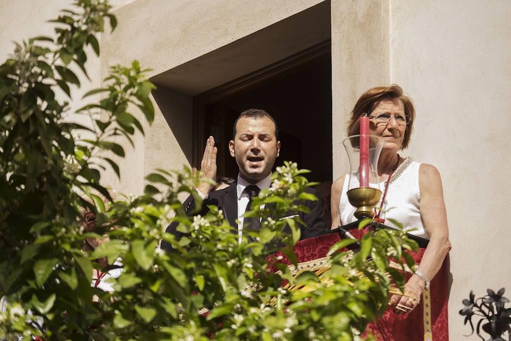 Una saeta desde un balcón detiene el paso. Foto: Ayto. Sevilla