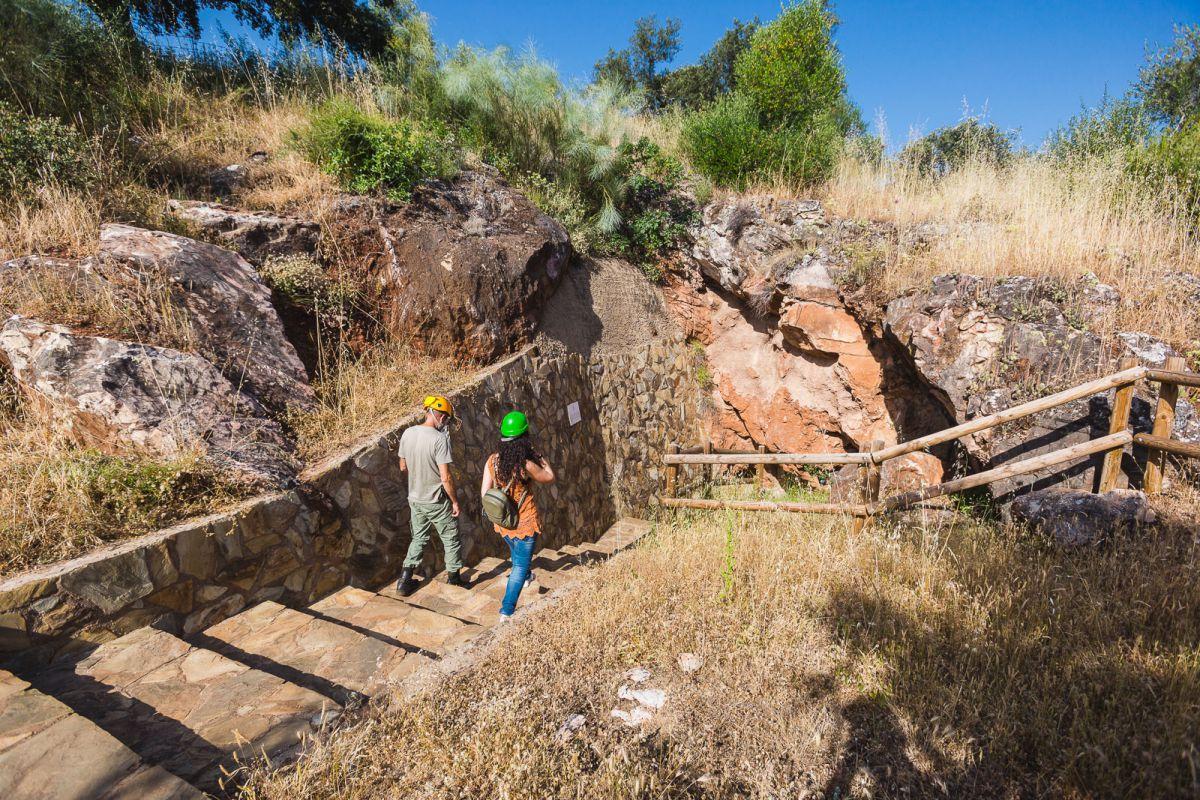 Caminando con el guía para alcanzar la siguiente cueva de las Cuevas de Fuentes de León, en la provincia de Badajoz.