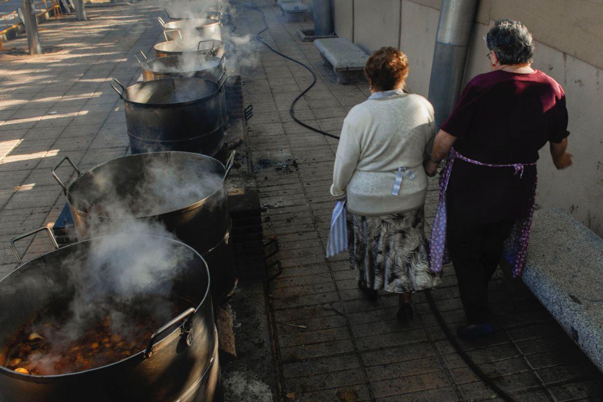 Las cocineras del guiso del Santo Voto pasean junto a las ollas