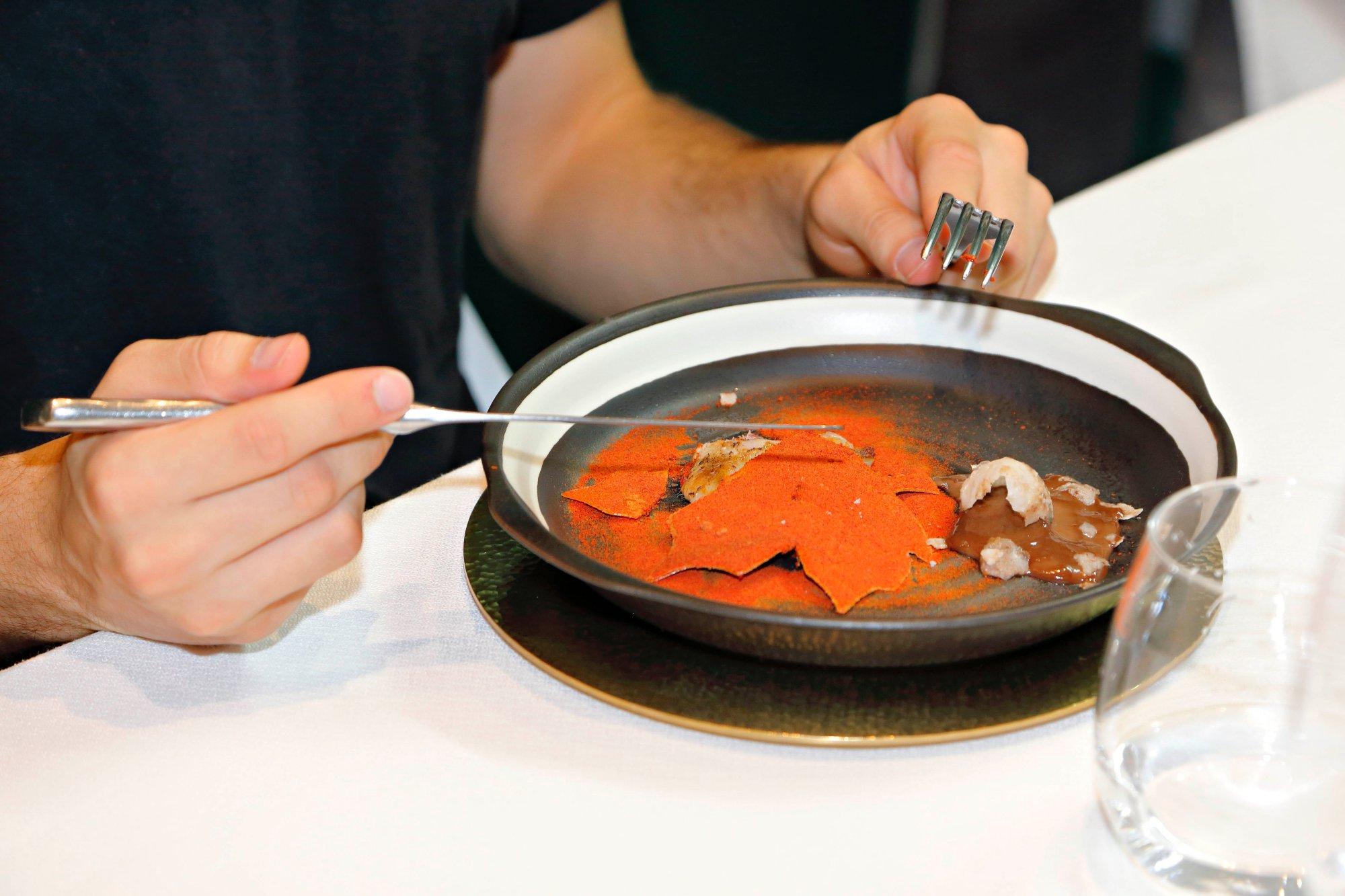 Codorniz con fina hoja de tomate y huevo relleno de su propia sangre.