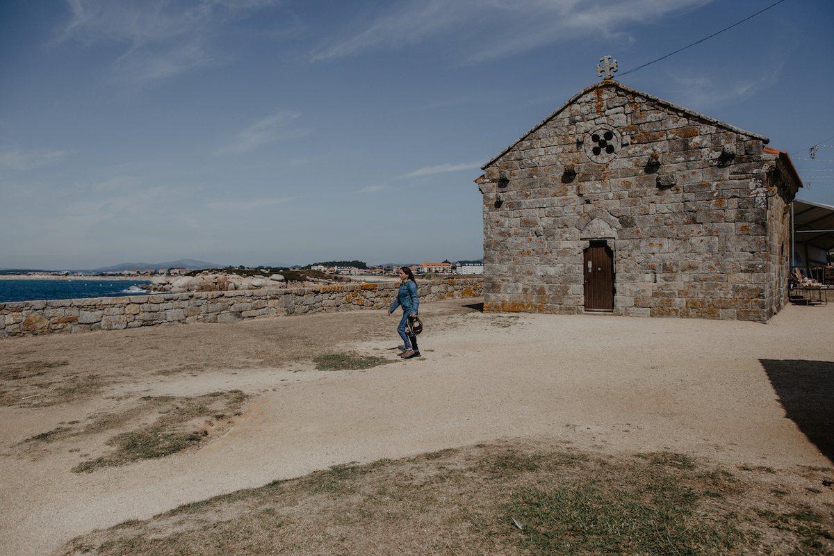 Disfrutando de las vistas y el salitre desde la ermita románica de la Lanzada.