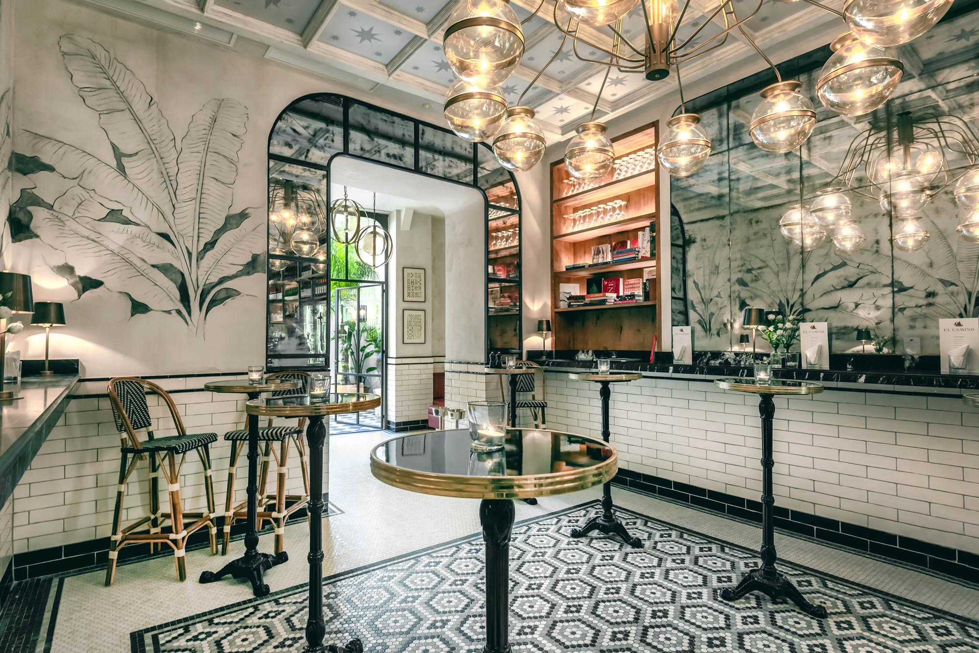 'El Camino' es un espacio elegante, con techos altos, suelos de mosaico y taburetes tapizados. Foto: 'El Camino'.