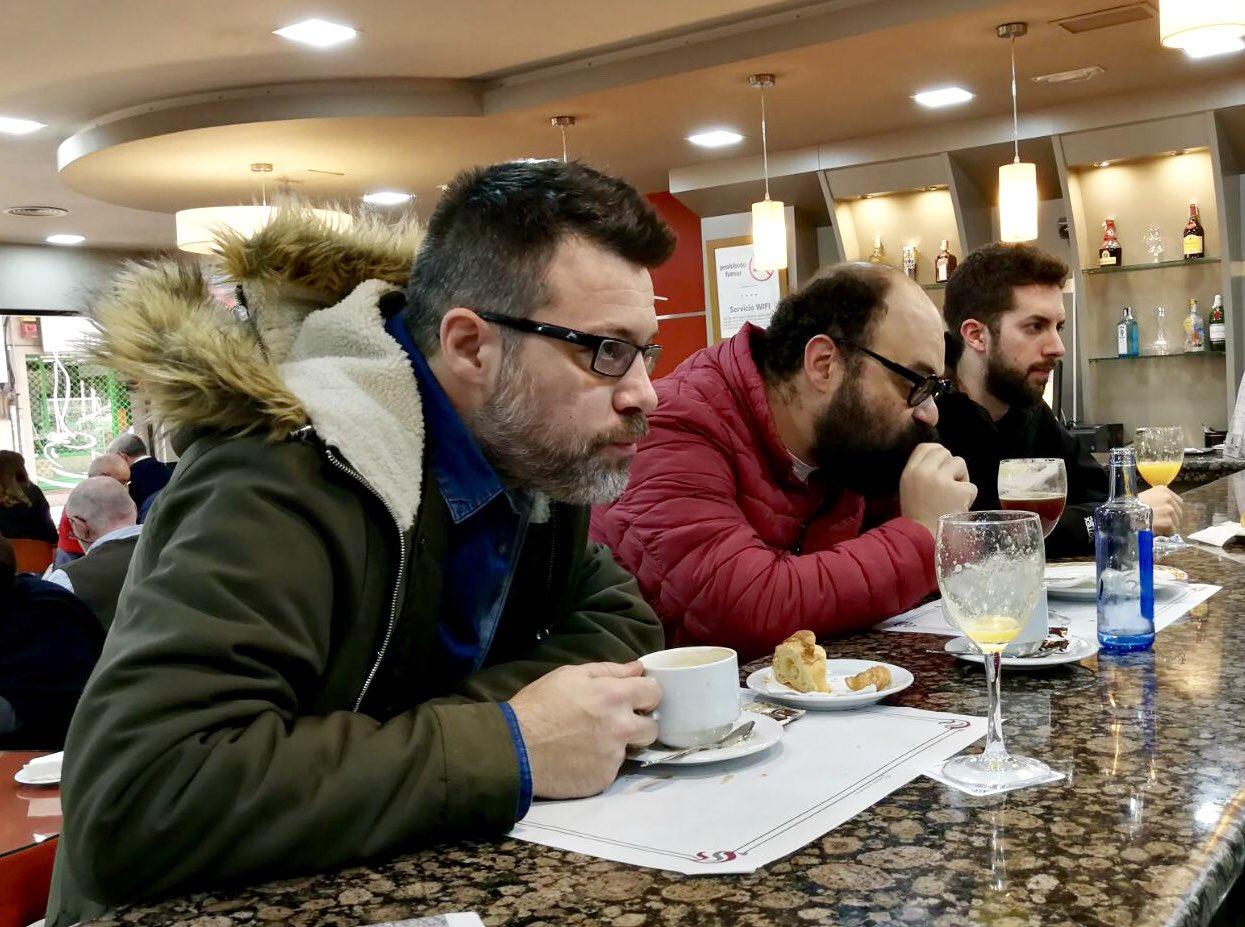 Desayunando con sus compañeros de 'La Vida Moderna' (Cadena SER). Foto: @davidbroncano.