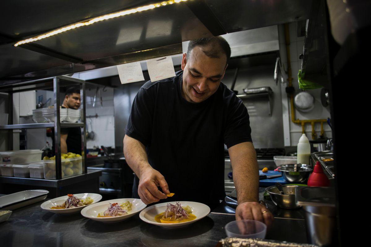Alejandro Pérez, cocinero del restaurante peruano Ancón, en Valencia emplatando en su cocina.