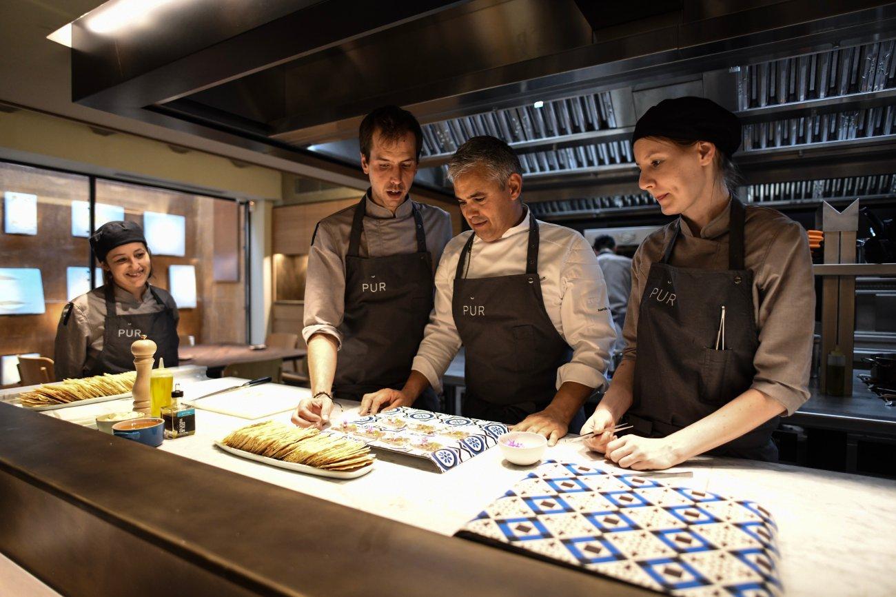 El chef Nandu Jubany con parte del equipo de 'Pur'