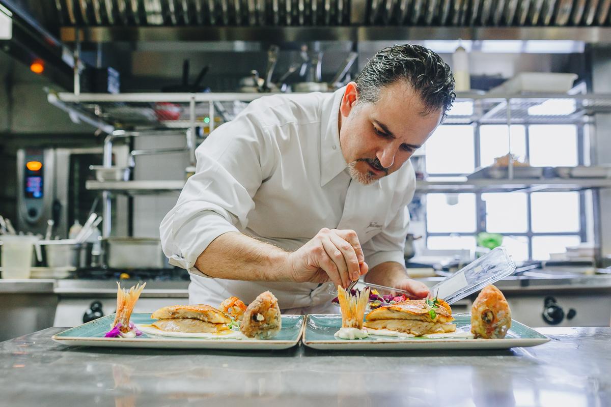 Juan Manuel emplata con mimo varios platos. Fotos: Javier Sierra.