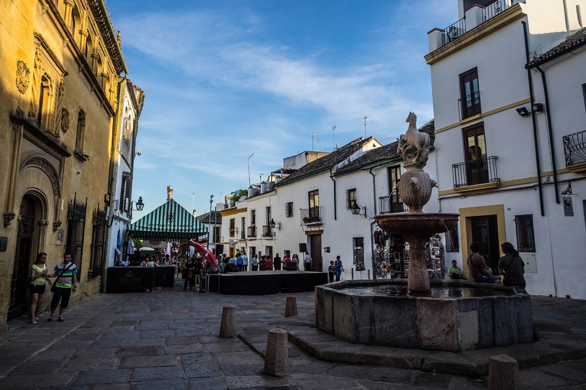 En los alrededores de la plaza del Potro se pueden encontrar multitud de restaurantes donde darse un homenaje.