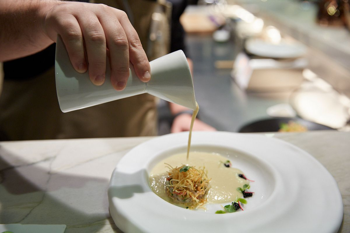 Plato Vichyssoise ligera con tartar de langostinos y caviar de arenque.