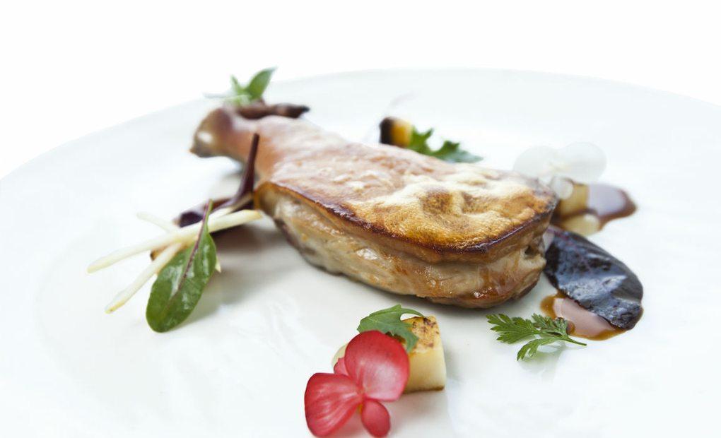El plato: Cochinillo crujiente con manzanas y flores
