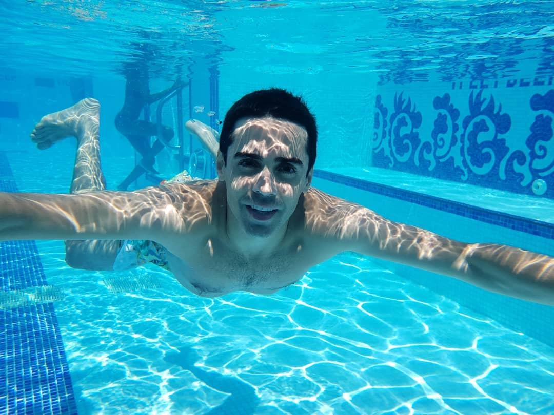 Javi Ambrossi intenta exprimir cada minuto del verano libre en su apretada agenda. Foto: @soyambrossi.