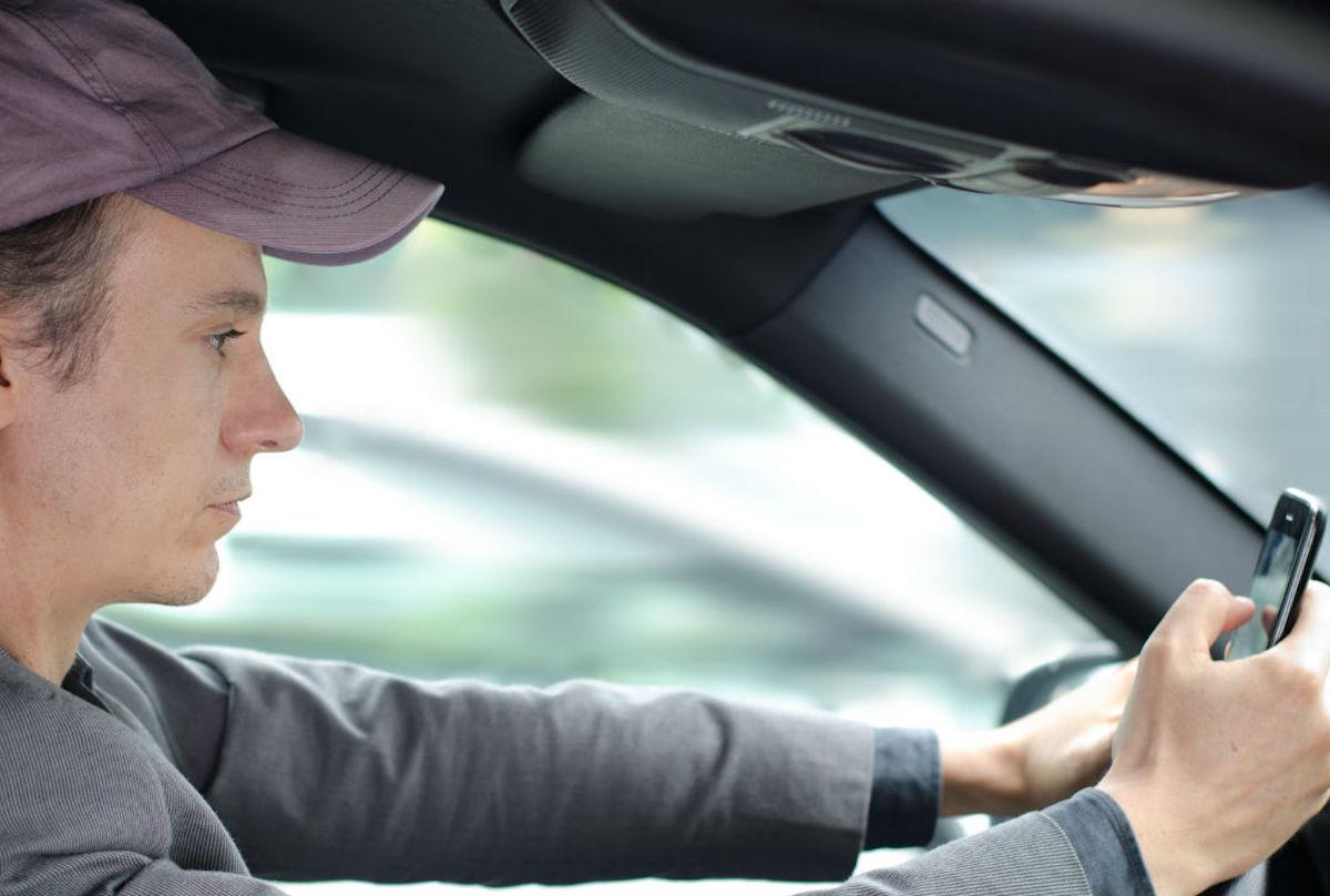 Consultar las redes sociales mientras se conduce es altamente peligroso.