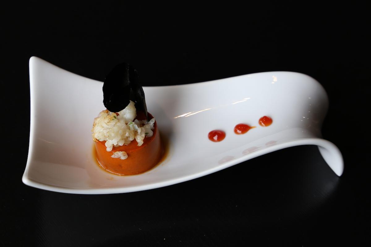 Pintxo de cuajada de pimiento, rellena de morcilla de Burgos con chip de patata y tinta y spaghetti de txipirón.