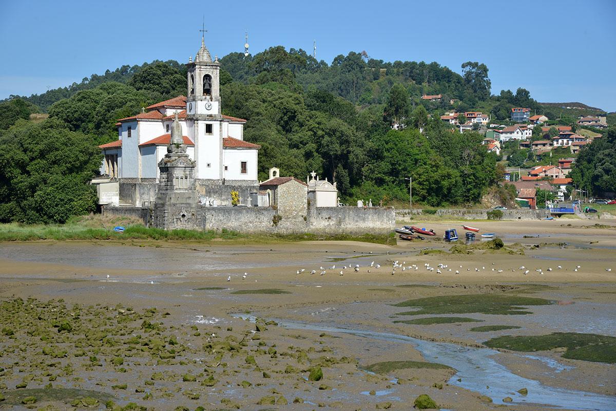 Llanes: Parroquia de Nuestra Señora de los Dolores de Barro, junto a la ría. Foto: Alfredo Merino | Marga Estebaranz