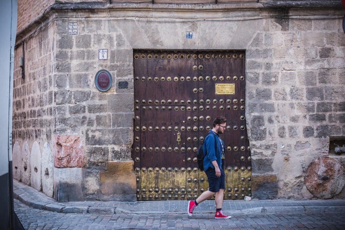Detalle del portón y fachada de entrada a la Casa de los Pinelo en Sevilla.