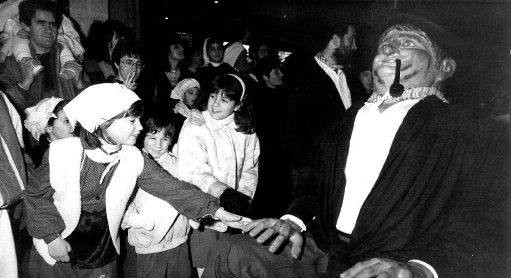 Los niños adoran al Olenztero. Aquí en 1993. Foto: Javier Bergasa.